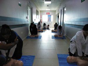 Personal médico del HCJB junto a profesionales del Centro de Entrenamiento en Emergencias Médicas y Adiestramiento, llevan a cabo taller usando solo las manos