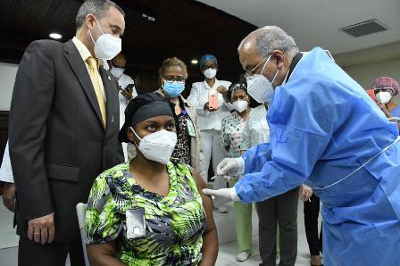 Continúa proceso de inmunización de personal de Salud en hospitales de atención a COVID-19